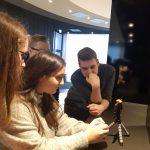 Auszubildende bei Sichtung des Videomaterials