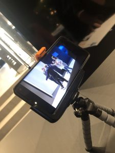 Blick auf das Handy beim Filmdreh