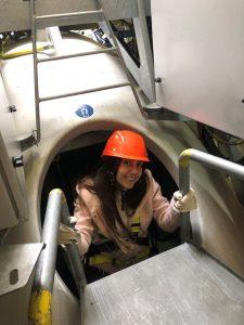 Auszubildende Dana in Windenergieanlage
