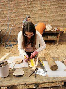 Arbeit an Holzkunstwerk