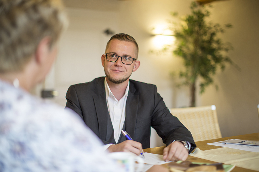 Beratung Sachbearbeiter mit Kunden