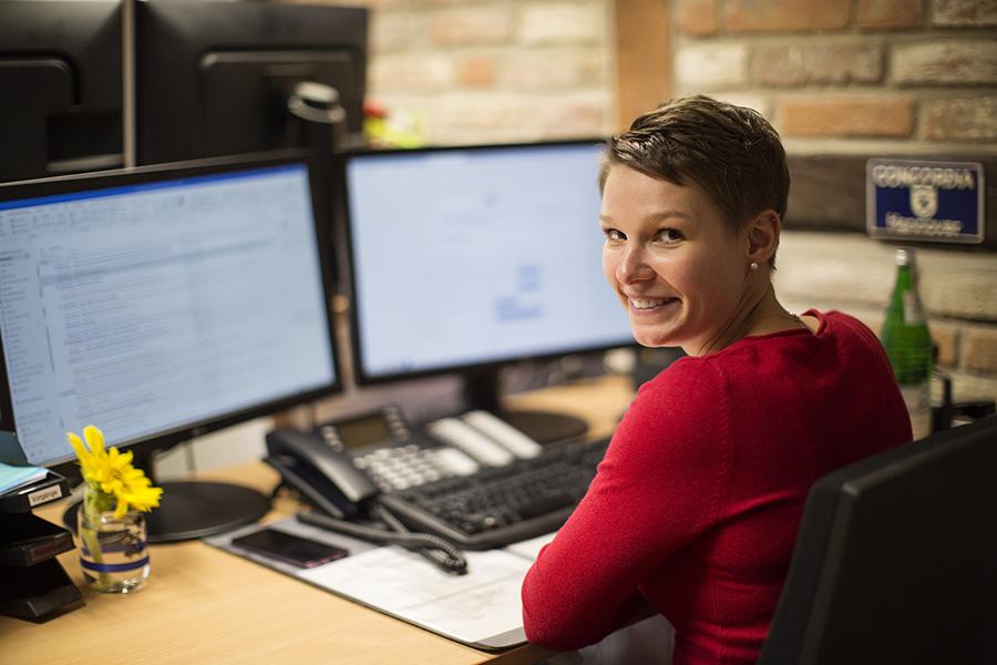 Mitarbeiterin beim Schreiben des Newsletters
