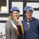 Schadeningenieure vor EVK-Gebäude mit Helmen