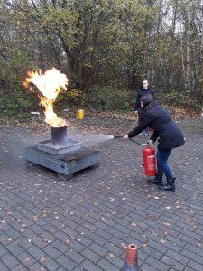 Feuerlöscherübung Mitarbeiterin