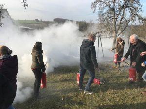 Brandschutzschulung Übung mit Feuerlöschern