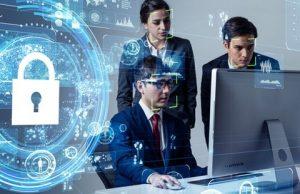 Cyber-Versicherung 2 Menschen vor Computer