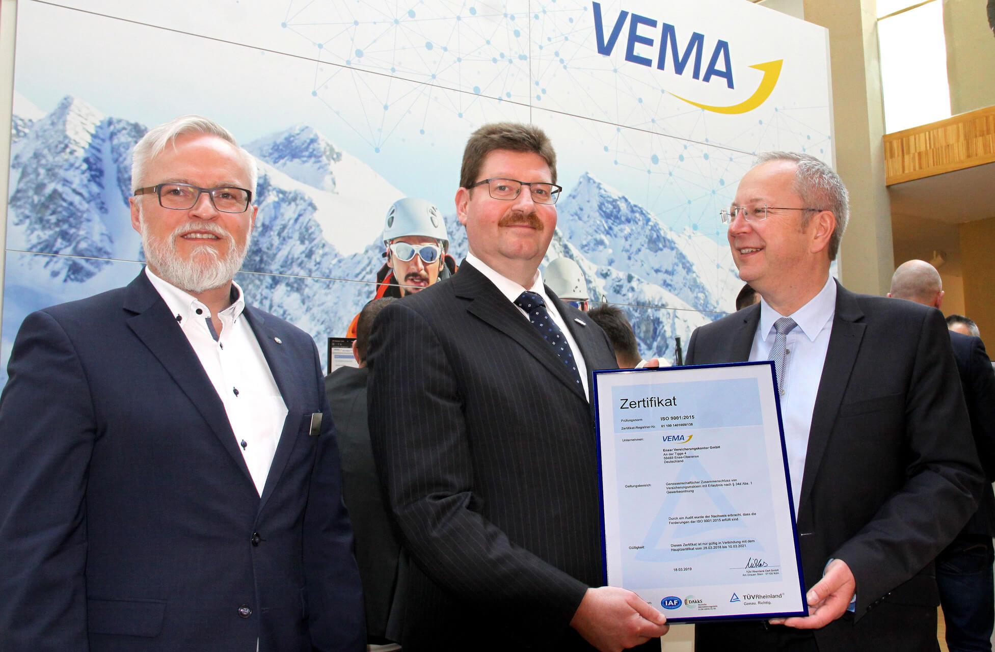 Innendienstleiter Jens Prange bei der Verleihung Urkunde Din-Zertifizierung