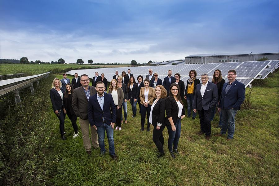 EVK-Team vor Photovoltaikanlage