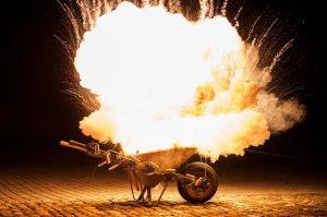 Explosion durch Feuerwerk in Schubkarre