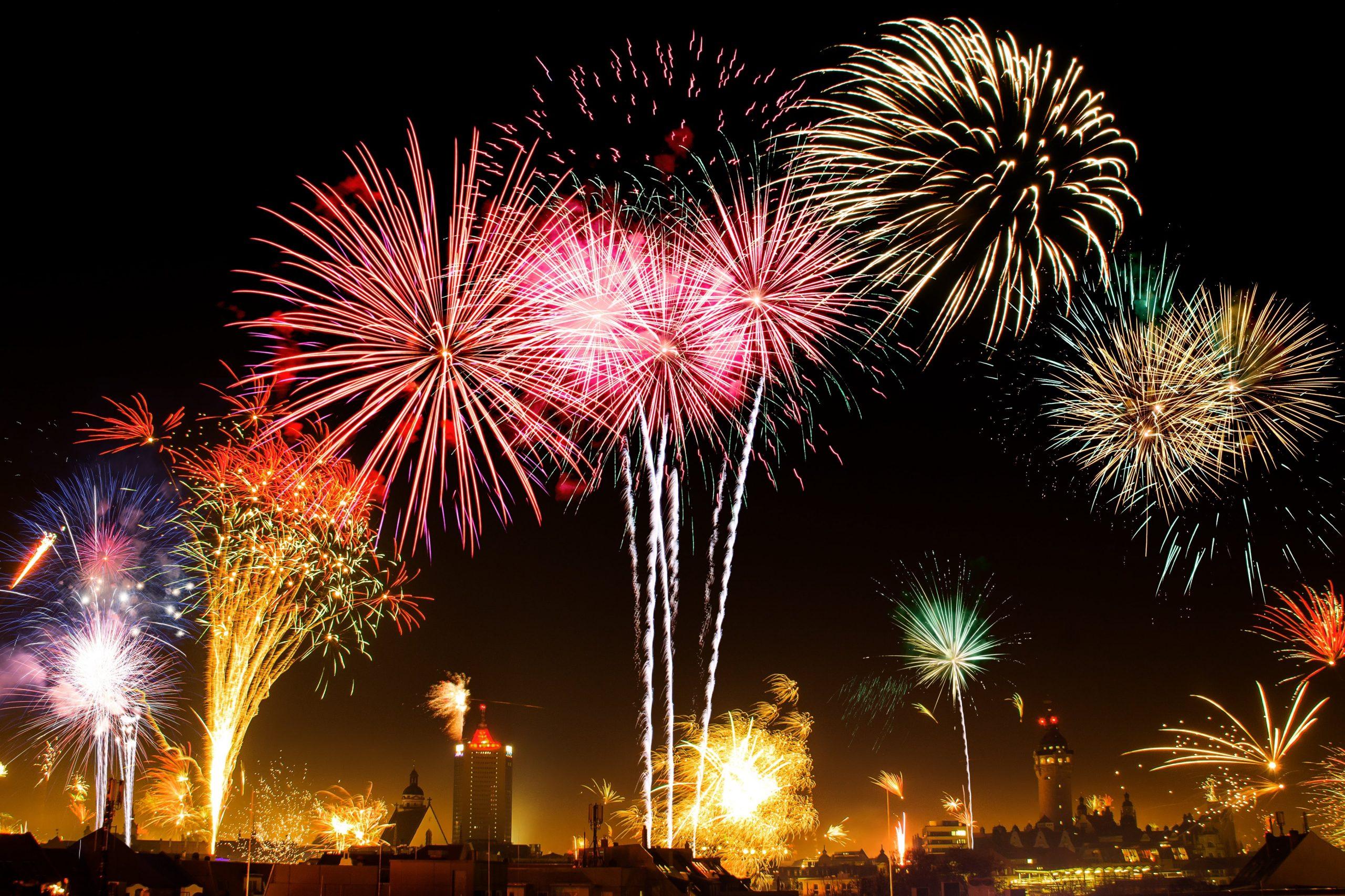 Feuerwerk am Nachthimmel vor Skyline
