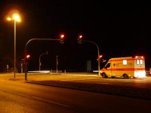 Krankenwagen in der Nacht auf Straße