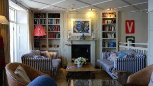 eingerichtetes Wohnzimmer mit Hausrat