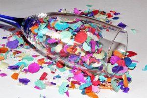 Liegendes Sektglas mit Konfetti