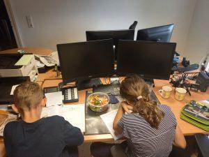 Kinder im Büro am Schreibtisch