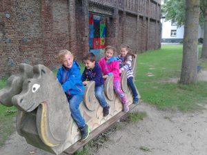 Kinder auf Schaukeldrache