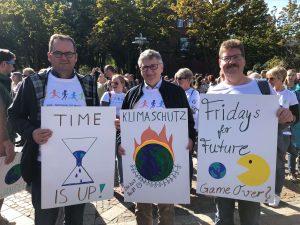 Fürhungskräfte mit Plakaten bei Klimademo