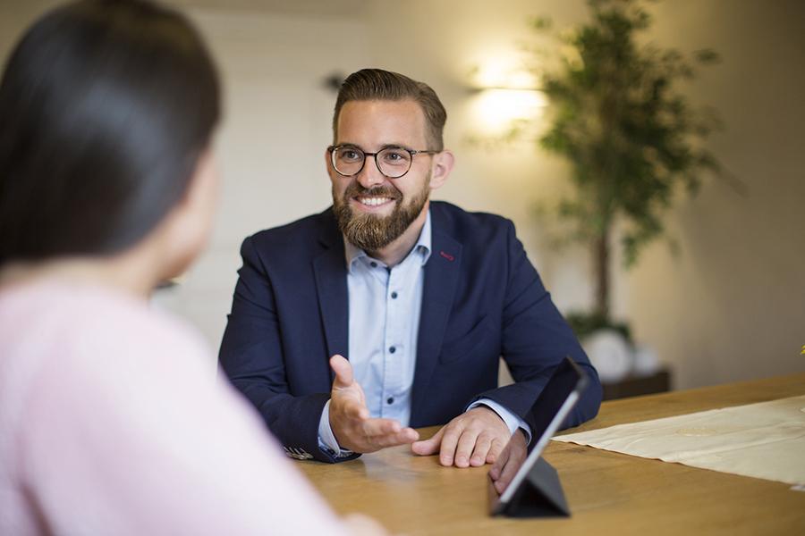 Marcel Riedel bei Kundenberatung