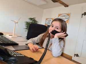 Kind am Telefon im Büro