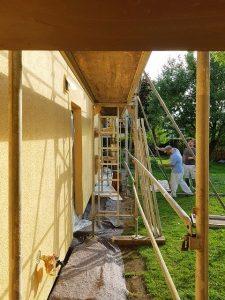 Malerarbeiten an Gebäude mit Gerüst