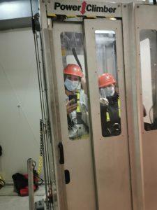 Mitarbeiterinnen in WEA im Aufzug