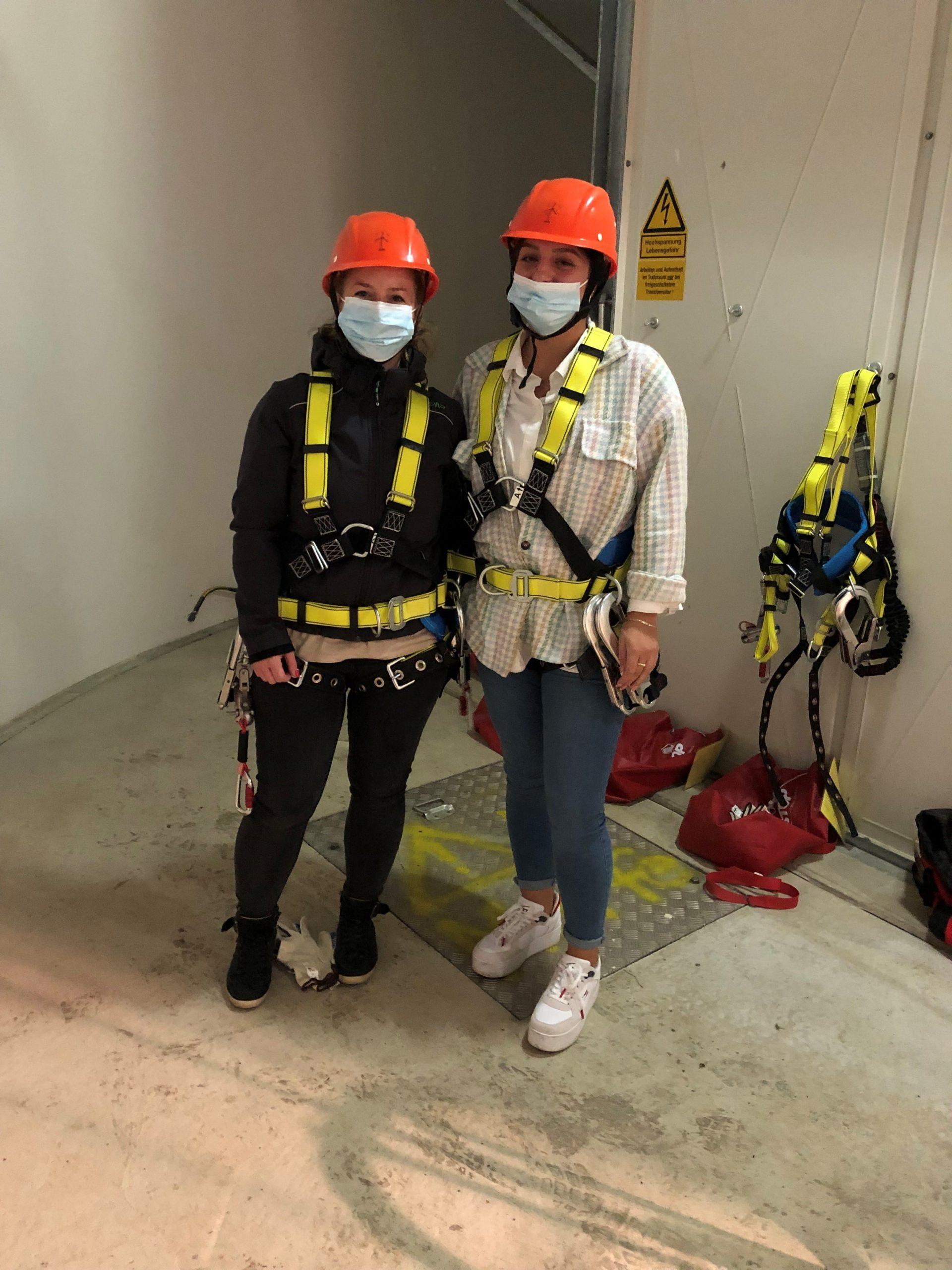 Mitarbeiterinnen mit Klettermontur in WEA