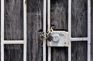 Vorhängeschloss an Tür