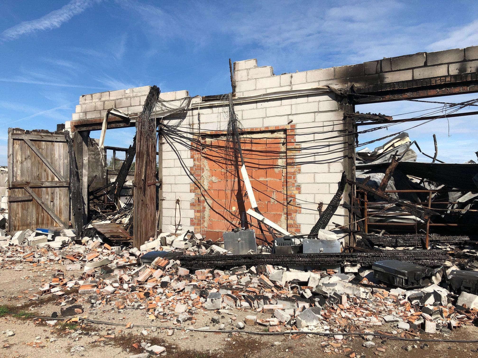 Trümmer eines ausgebrannten Stalls