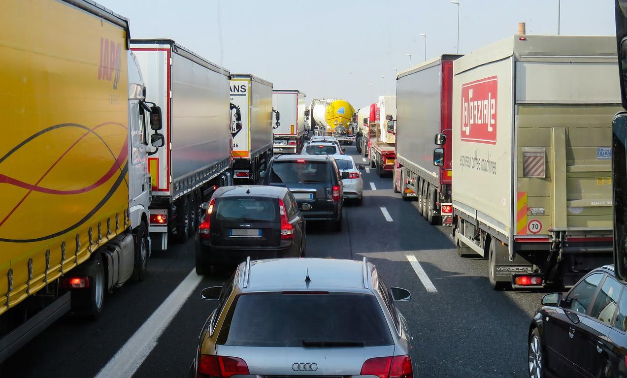 LKWs im Stau Transportversicherung Autoinhaltsversicherung