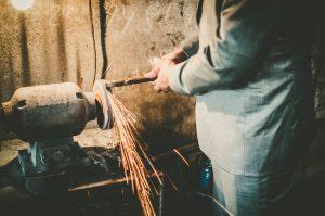 Arbeiten an Schleifmaschine
